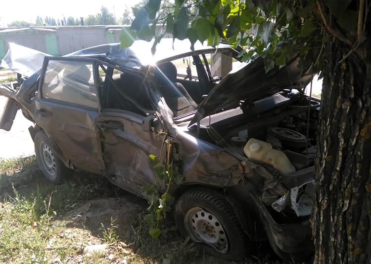 ДТП в Балаково: один автомобиль врезался в дерево, другой вылетел в кювет – оба опрокинулись