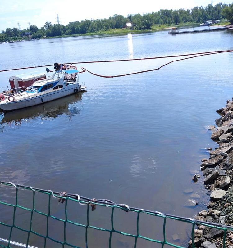 На судоходном канале в Балаково ликвидируют двухкилометровое нефтяное пятно