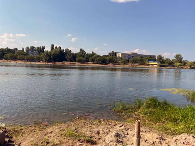Трагедия в Балаково: на пляже в 1-м микрорайоне малыш соскользнул с надувного матраса и утонул